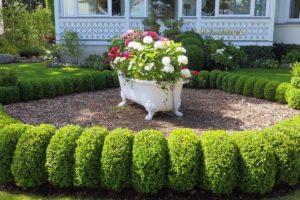 Een strakke tuin met cortenstalen bloembakken