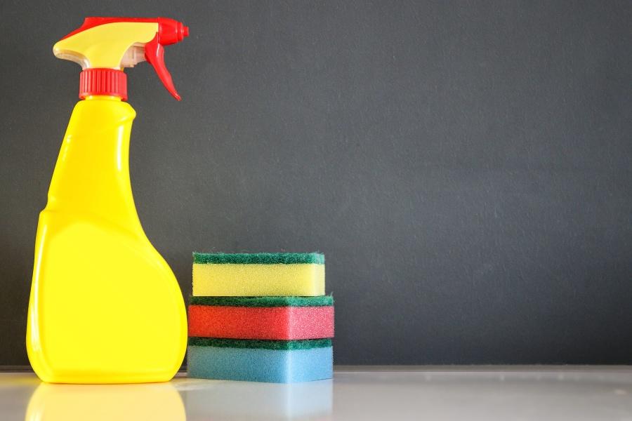 Zet giftige stoffen in een hoger kastje