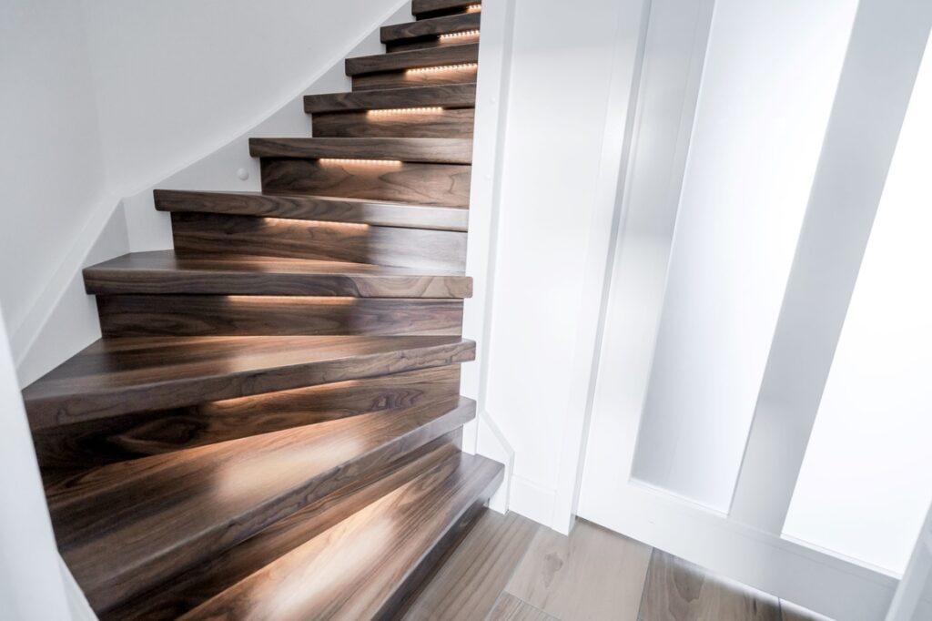 Maak je traprenovatie compleet met trapleuning en verlichting